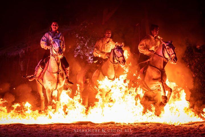 Trois cavaliers qui passent à travers les flammes